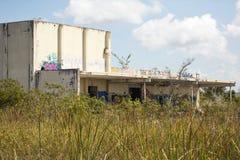 被放弃的Aerojet工厂的废墟在佛罗里达沼泽地 库存照片