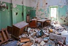 被放弃的grunge办公室 免版税库存照片