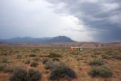 被放弃的RV在沙漠 库存图片