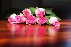 被放置的反映玫瑰woodfloor 图库摄影
