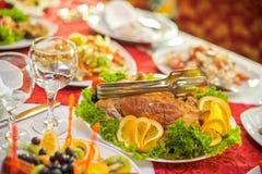 被放置的婚姻的宴会桌 免版税库存图片