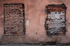 被放置的砖,两个窗口开头 库存图片