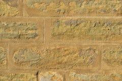被日光照射了一个的石墙 免版税库存图片