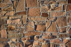 被日光照射了一个的石墙 免版税库存照片