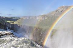 被日光照射了古佛斯瀑布瀑布在有一美丽的双重rai的冰岛 免版税库存图片