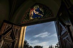 被日光照射了教会入口 免版税图库摄影