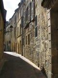 被日光照射了狭窄的街道在Sarlat,多尔多涅省 库存图片
