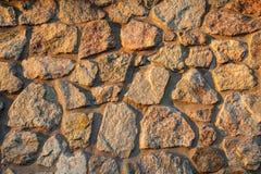 被日光照射了石墙的片段 免版税图库摄影