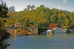 被日光照射了ashville的湖 免版税库存图片