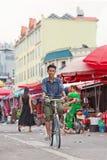 被晒黑的人在一个地方场外交易市场,瑞丽,中国上循环 免版税库存图片
