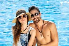 被晒黑的愉快的年轻夫妇暑假 免版税库存照片