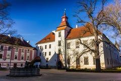 被更新的城堡在Trebon cesky捷克krumlov中世纪老共和国城镇视图 库存照片