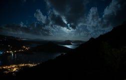 被月光照亮加勒比海湾 库存图片
