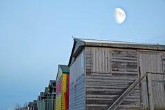 被月光照亮海滩小屋 库存图片