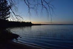被月光照亮湖芬兰 免版税库存图片