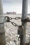 被束缚的工厂门锁定了 库存照片
