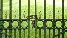 被束缚的铁门 免版税库存照片