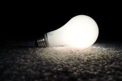 被松开的电灯泡发光的光 库存图片