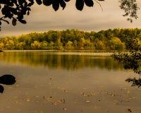 被构筑的湖反射和秋天颜色/叶子框架和五颜六色的树 免版税库存图片