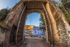 被构筑的看法通过印象深刻的堡垒的古老门在Bundi,拉贾斯坦,印度的 清楚的蓝天,白点和超广角 库存照片