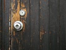 被构造的老门把手木门 库存照片