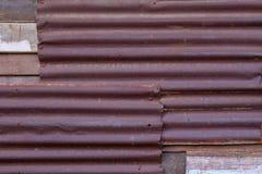 被构造的葡萄酒背景的生锈的锌波状钢金属房屋板壁 库存照片