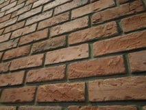 被构造的难看的东西红色橙色肮脏的砖墙背景 库存图片