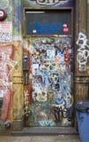 被标记的门和墙壁有街道画的在威廉斯堡布鲁克林 库存图片