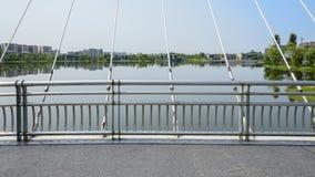 被栓的曲拱桥梁扶手栏杆和停止绳子在湖的c的 免版税库存图片