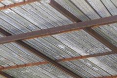 被毁坏和被放弃的老石棉屋顶 免版税库存图片