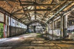 被毁坏的仓库在一家被放弃的工厂 图库摄影