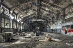 被毁坏的仓库在一家被放弃的工厂 免版税库存照片