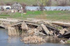被毁坏的具体桥梁 库存图片