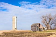 被毁坏的农厂议院和筒仓在美国中西部 免版税库存图片