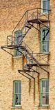 被毁坏的和生锈的钢防火梯 免版税库存照片