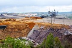 被毁坏的地球分层堆积在微型褐煤(褐煤)的露天开采矿期间 免版税库存图片