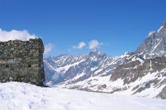 被毁坏的城楼在山顶部 免版税库存图片