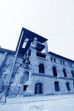 被毁坏的大厦在工厂 免版税库存图片