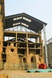 被毁坏的大厦在工厂 免版税库存照片