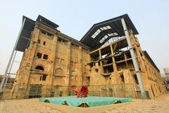 被毁坏的大厦在工厂 库存照片