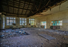 被毁坏的学校军用餐具在顿涅茨克地区 免版税图库摄影