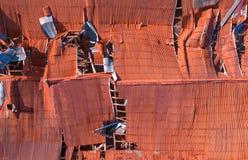 被毁坏的屋顶背景 免版税库存图片