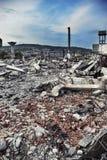 被毁坏的工厂厂房和庭院 库存图片