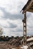 被毁坏的工厂厂房和瓦砾-工业背景 库存图片