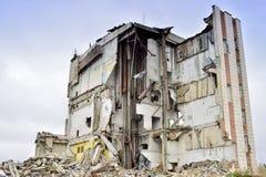 被毁坏的工厂厂房的遗骸与内部kommunikatsiy的 库存图片