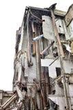 被毁坏的工厂厂房的遗骸与内部kommunikatsiy的 免版税库存照片