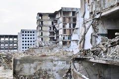被毁坏的工厂厂房的遗骸 具体射线一个大大厦的骨骼  免版税图库摄影