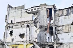 被毁坏的工厂厂房的遗骸 具体射线一个大大厦的骨骼  免版税库存照片
