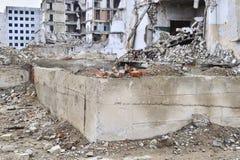 被毁坏的工厂厂房的遗骸 具体射线一个大大厦的骨骼  免版税库存图片