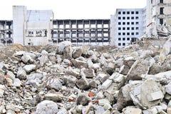 被毁坏的工厂厂房的遗骸 具体射线一个大大厦的骨骼  库存照片